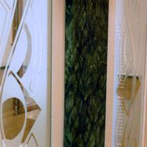 finto marmo (colori acrilici su legno) e decoro sabbiato su vetro