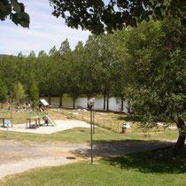 Le Lac aux Ramiers à Vernoux avec un aire de jeux, petite plage et une crêperie.