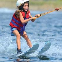 Faire du wakeski. Ces activités  à partir de 7 ans.