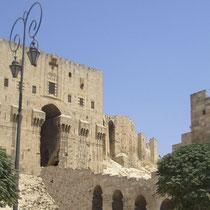 Ciudadela de Aleppo entrada y lateral, torres , foso y puente