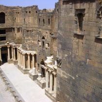 vista aérea del escenario y columnas del Teatro Romano de Bosra