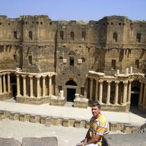 vista aérea del escenario y columnas desde la grada lateral del Teatro Romano de Bosra