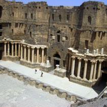 vista aérea de la cavea, frente escénico, columnas y fortificaciones del Teatro Romano de Bosra