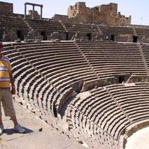 """vista aérea de la """"summa cavea"""" o parte alta del graderío del Teatro Romano de Bosra"""