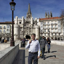 desde el puente de Santa María hacia el arco homónimo de entrada al recinto catedralicio