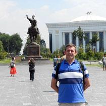 desde la plaza Amin Timur de Taskent con Tamerlan al fondo