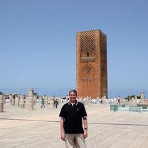 La Torre Hassan y la columnata de la sala de oraciones