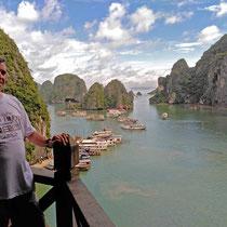 desde las cuevas Hang Sung Sot con la Bahía de Halong al fondo