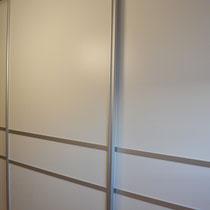 geschlossener Garderobenschiebetürenschrank mit Aluminium-Rahmen