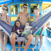 La belle famille de Julien: Julien, l'organisateur de la croisiere, sa femme Wassana, son fils Ouiklom, sa maman Pascaline a droite et sa tente Marion