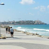 Le long de la plage avec Jaffa en vue.