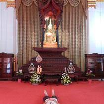 Interieur d;une maison de recherche sur le buddhisme a cote du temple... notez que le plafond est tres interessant.
