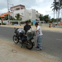 Chargement de la moto par notre guide Luu