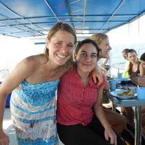 Allez hop, en bateau avec mon amie Célia, venue également me rendre visite. Elle passera 4H dans l'eau à regarder les poissons.