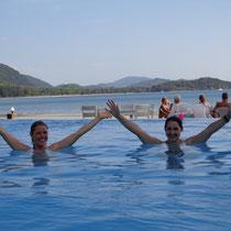 Les cours de l'open water se déroulent dans une piscine débordante au bord de la plage.