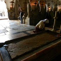 La pierre sur laquelle son coprs a ete deposee. Les fideles la frottent avec des morceaux de tissus huiles pour en garder un souvenir avec eux.