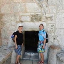 Devant la seule porte d'entree de la basilique de la Nativite: la porte de l'humilite, toute petite pour se baisser quand on rentre