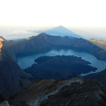 Cette fameuse ombre du Mont Rinjani sur le lac, que vous allez retrouver dans l'article dont j'ai donne le lien plus haut.