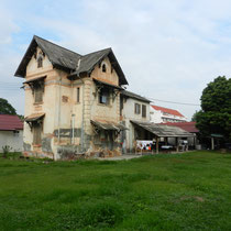 Maisons abandonnees et squattees... il y en a beaucoup a Vientiane