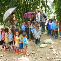 Les enfants attendant devant l'ecole