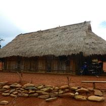 Et une maison un peu plus evoluee avec la toiture en bois