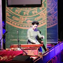Spectacle de marionnettes sur l'eau avec musique traditionnelle en live