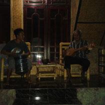 Dans ma guesthouse, un vieil indonesien joue d'un instrument traditionnel tout en chantant