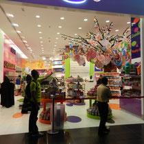 ... et le magasin de bonbons... pas moins gros...