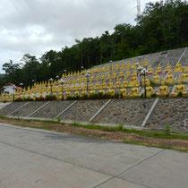 Derriere le gros Buddha, des centaines de petits Buddhas...