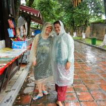 """Gilberte et moi avec nos """"condoms""""... il faut bien ca pour nous proteger de la pluie!!!"""