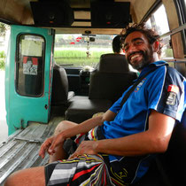 Retour a Ubud en mini van qui klazonne pour te prendre... il nous a sauve de 10km de route polluee et de la tombee de la nuit!