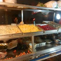 Un stand de dessert cambodgien. Tres sucre mais tres bon!
