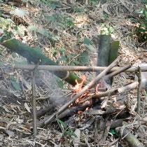 cuisson de l'eau et de l'omelette dans le bambou