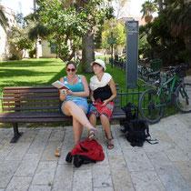 Michal lisant un livre en Hebreu a Vero... en tournant les pages de droite a gauche bien sur!