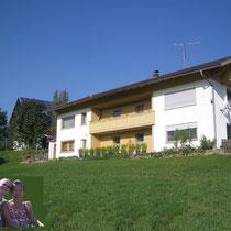 Aussenansicht von der Wiese aus, auf die FeWo. Heigl in Amesberg5, im Viechtacher Land - Bayerischer Wald - Arber Land, Urlaub, Reisen, Nationalpark,