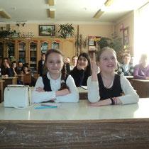 Шестиклассницы уже постигают секреты химии