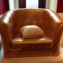 der Sessel ist nicht zum essen - ABER: das Kissen! ;-) gefüllt mit leckerem Brownie...