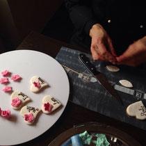 der Meister bei der Arbeit - hier entsteht ein individualisierbares Namenskärtchen als leckerer Keks