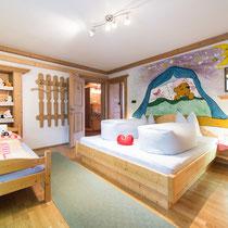 Schlafzimmt mit 3 Betten der Ferienwohnung Jutta 1 in Kaltenbach im Zillertal