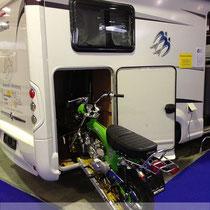 Skyteam Skymax ins Gepäckfach eines Wohnmobils von Wohnwagen Weber an der Ferienmesse St. Gallen