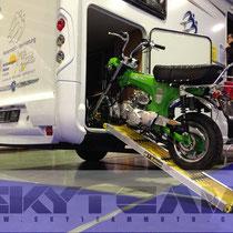 Skyteam Skymax in knalligem Grün auf Motorradschiene