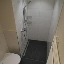 Plattenarbeiten im Duschbereich
