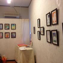 テーブルには絵本と、小澤さんのブログの原画。
