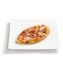 knuspriger Boden, Tomatensoße, Mozzarella, Salami, aromatische Gewürze