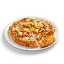 knuspriger Boden, Tomatensoße, Mozzarella, Schinken, Jausenwurst,  Champignons, Pfefferoni, Paprika, aromatische Gewürze