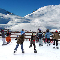 Une patinoire, une piste de luge, au pied des pistes de ski de fond