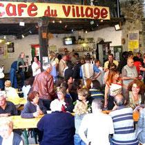 Le café du village à Anères, très convivial, et hors normes!