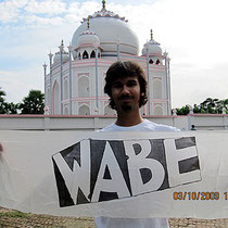 "Daniel Khan von ""Chock on a Cock"" vor dem Taj Mahal in Bangladesh"