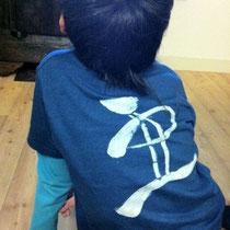 藍染Tシャツ。文字が楽しく踊ってます♪