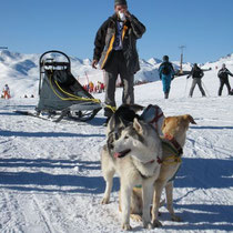 Chrigu macht auf dem Gipfel nur kurz eine Snack-Pause, Jacke anziehen und weiter geht's.